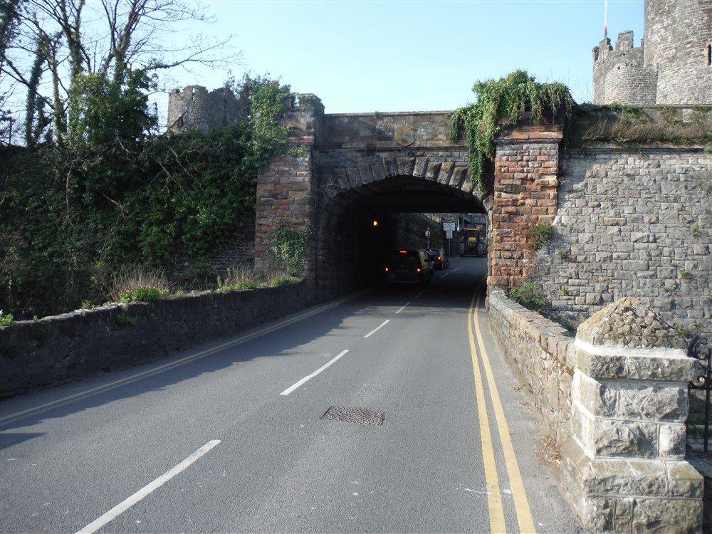 A single span brick underbridge .
